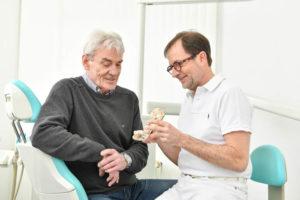 Praxisleistungen: Zahnarzt Dr. Domagala mit Patient