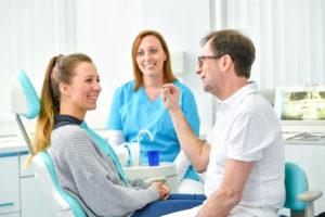 Domagala bei der Patientenbehandlung